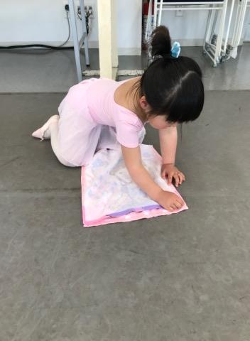 1人でバレエの支度をする生徒(4歳)
